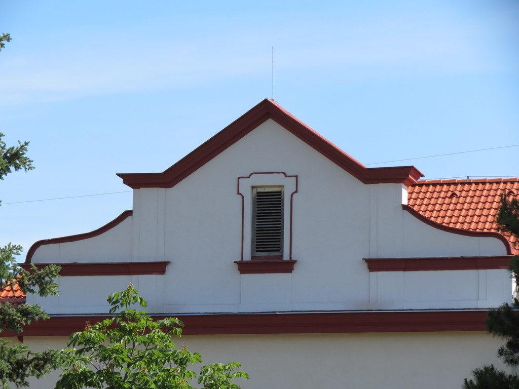 Hrádek - sgrafita na náměstí - protější dům po opravě